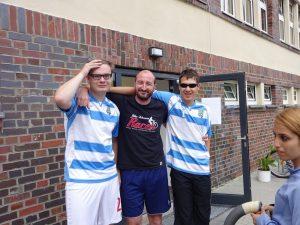 Zwei blinde Jungs in Fußballtrikots