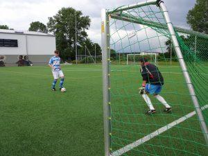 Zwei blinde Jungs spielen Fußball