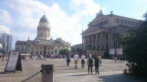 Vor dem Deutschen Dom