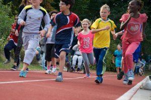 Ein Junge rennt auf dem Sportplatz.