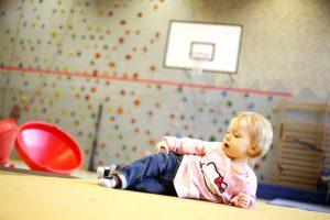 Ein Kleinkind in der Sporthalle des BZBS