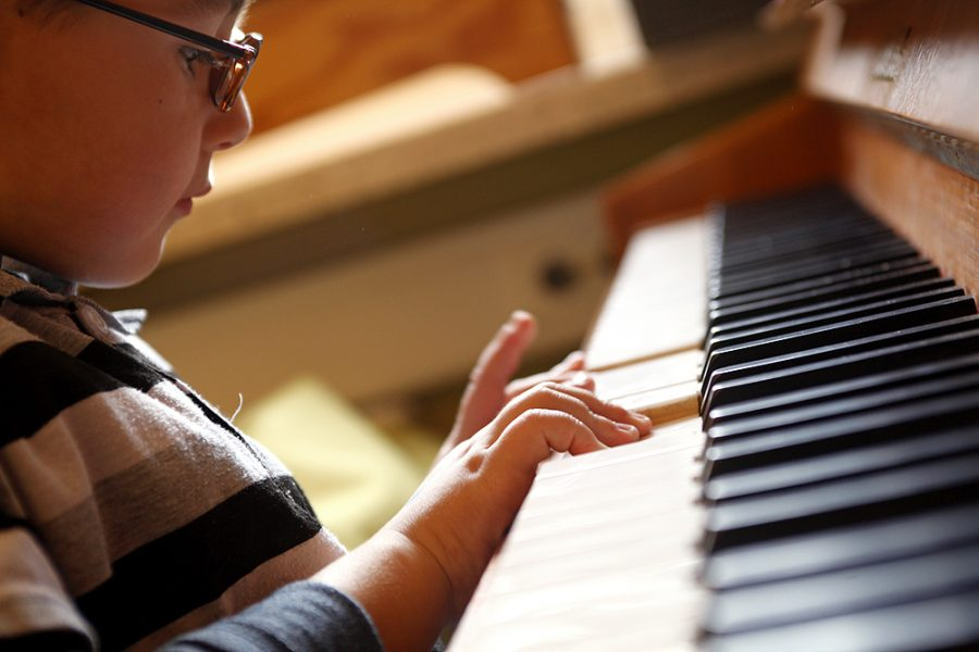 Ein Schüler spielt Klavier.
