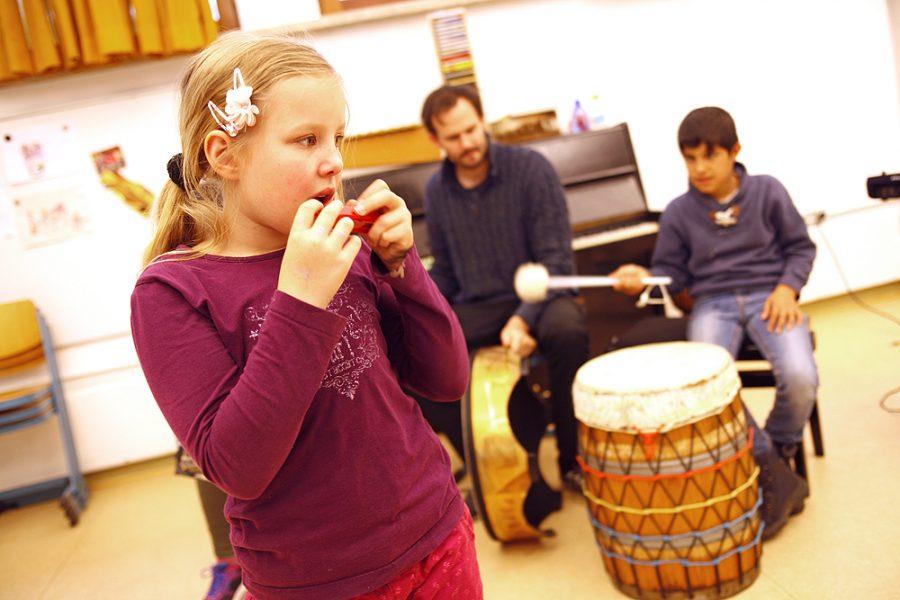 Eine Schülerin beim musizieren.