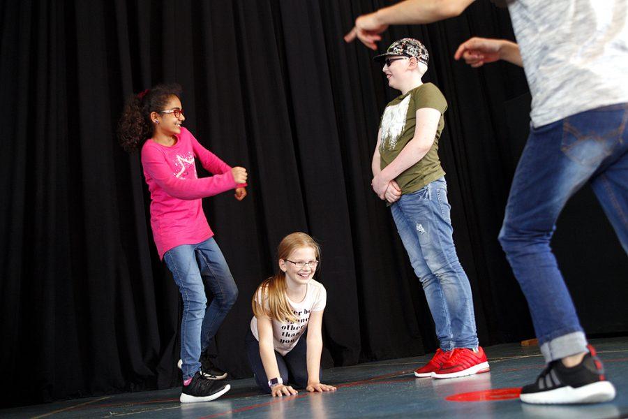 Schüler auf der Theaterbühne