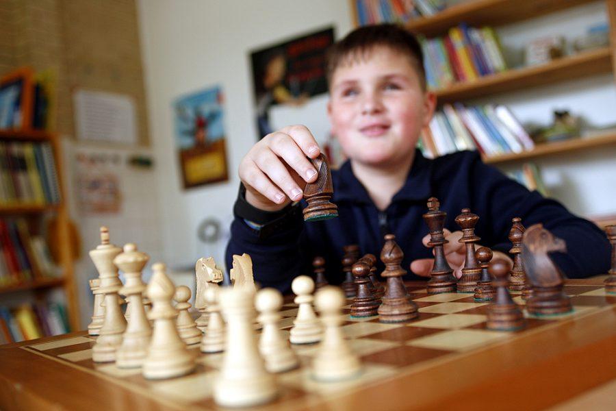 Ein Schüler spielt Schach.