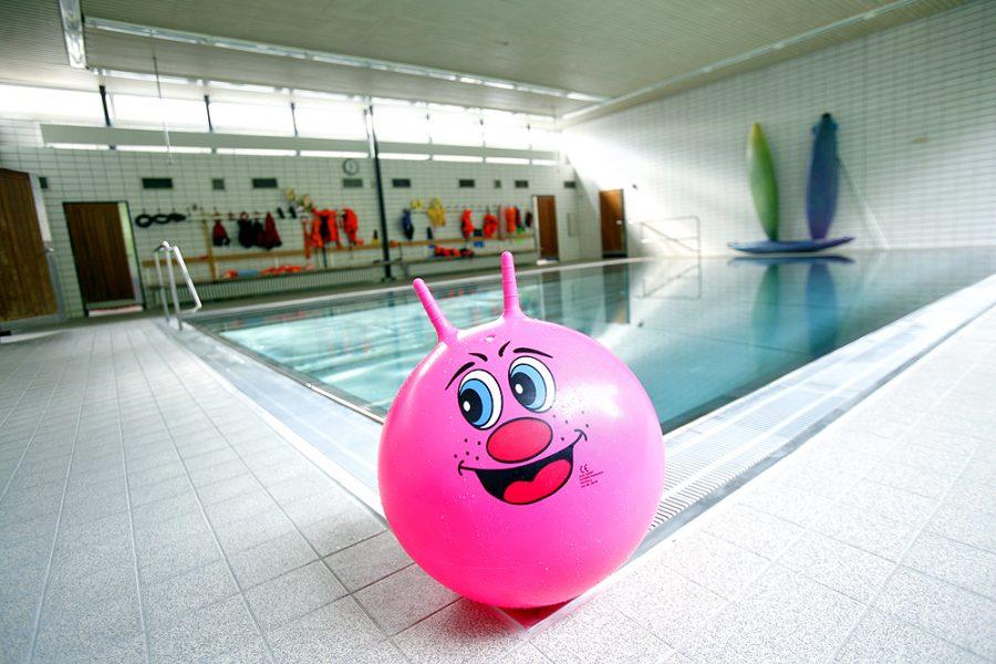 Das Therapieschwimmbecken am BZBS, im Vordergrund ein rosafarbener Hüpfball mit aufgedrucktem lachendem Gesicht.