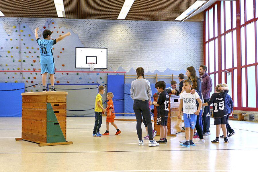 Eine Lerngruppe in der Sporthalle des BZBS