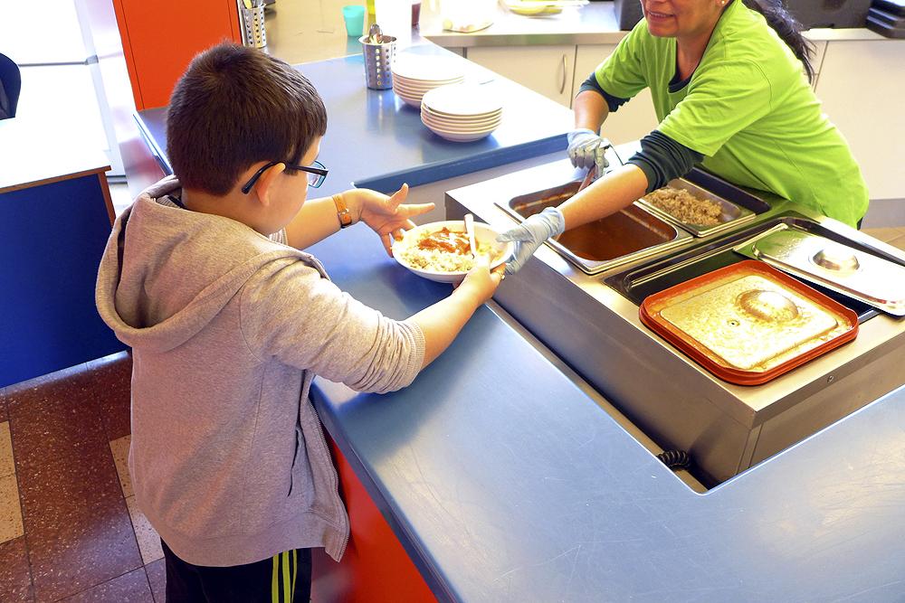 Ein Schüler an der Essensausgabe