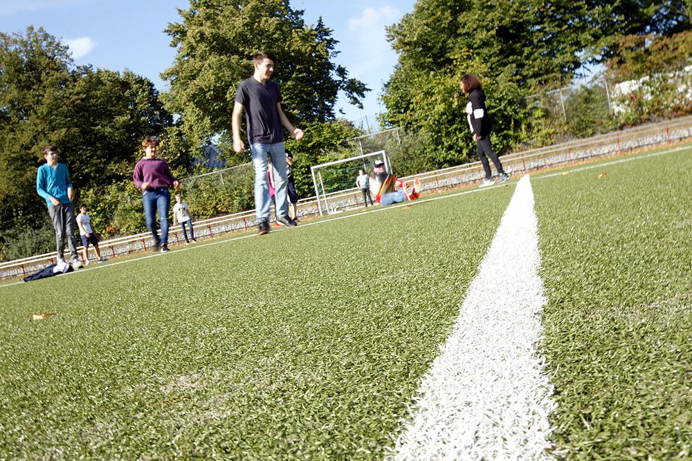 Einige Schüler auf dem Fußballplatz des BZBS