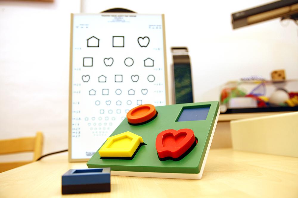 Ein Sehtest für Kinder mit zugehörigem Material
