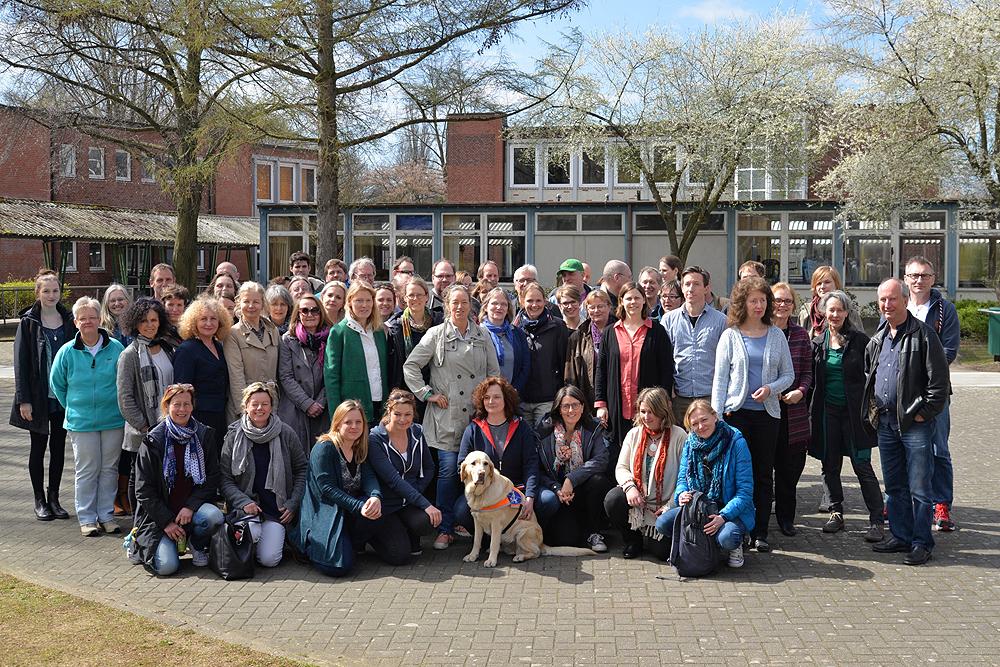 Gruppenfoto des Kollegiums (über 70 Personen) auf dem Schulhof
