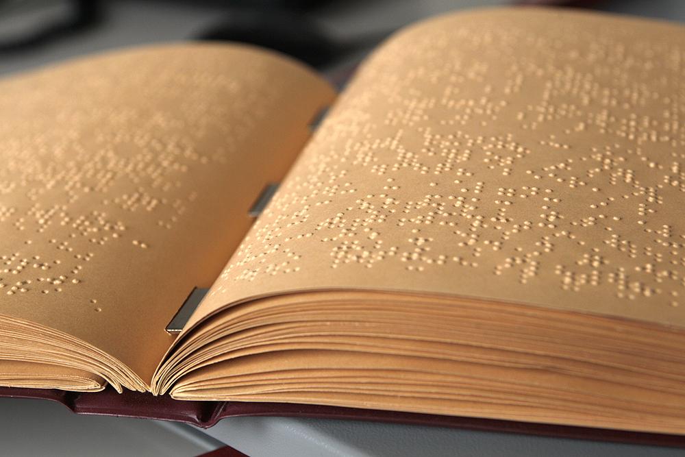 Aufgeschlagenes Buch in Punktschrift