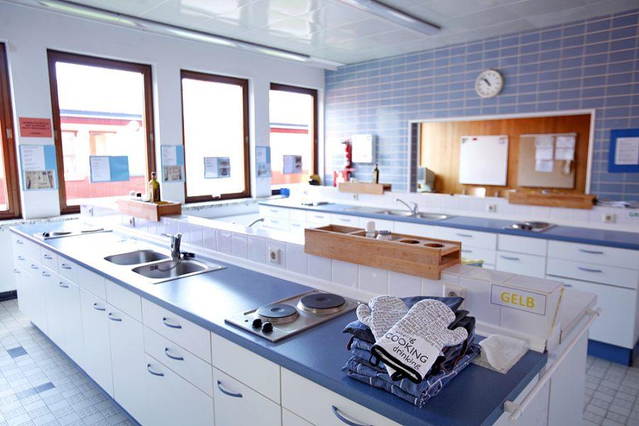 Die Schulküche mit acht Kochplätzen