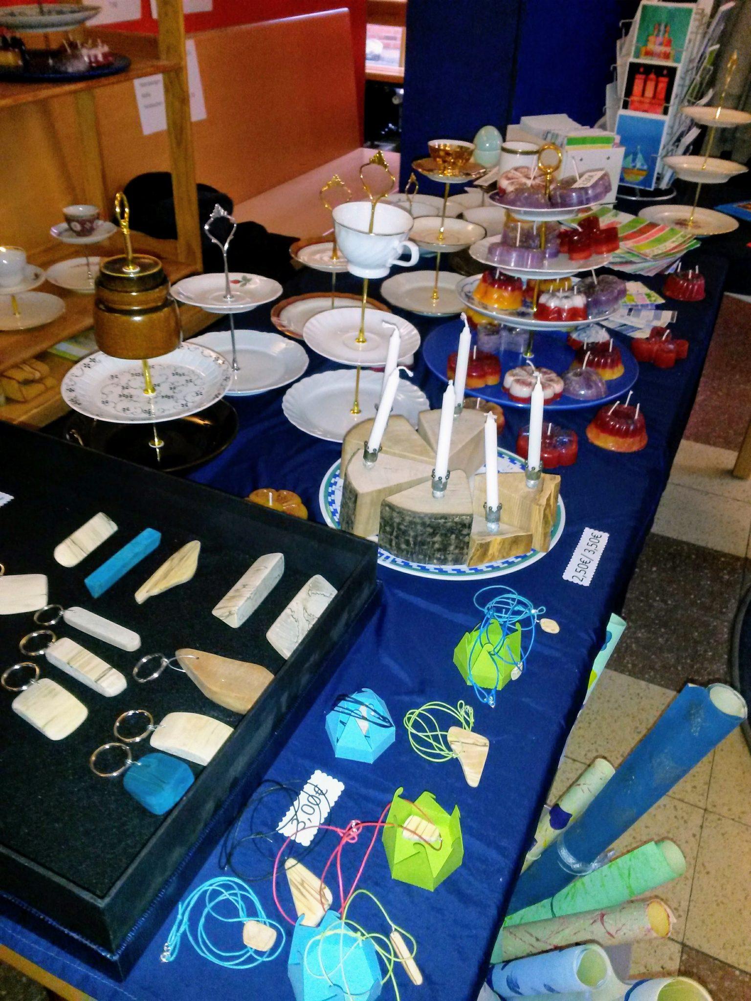 Ein Tisch mit einem Angebot an selbst gebastelten Etageren und Schlüsselanhängern